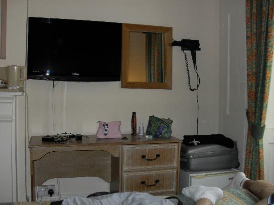 Admiral Hotel: tv e phon davanti al letto matrimoniale