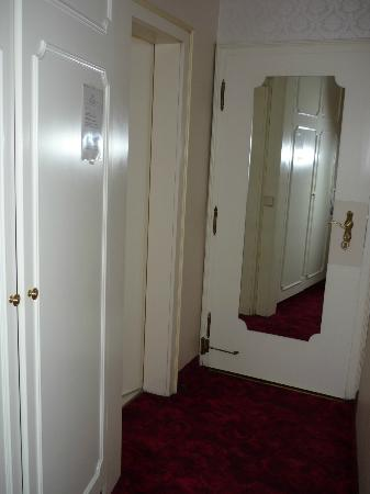Hotel Amadeus: Door of the room