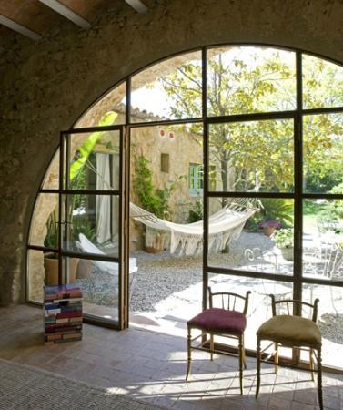 Les Hamaques: Arco del salón acceso al patio y jardín