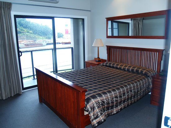 Portside Hotel: Bedroom of the one bed apartment