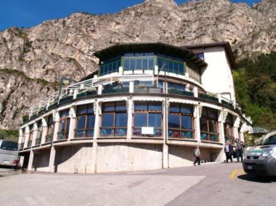 Centro Vacanze La Limonaia: Blick auf Rezeption und Speisesaal