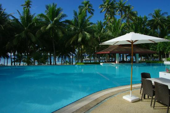 Henann Resort Alona Beach: You can see the beach from the pool area