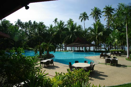 Henann Resort Alona Beach: Pool view from the restaurant/hotel lobby