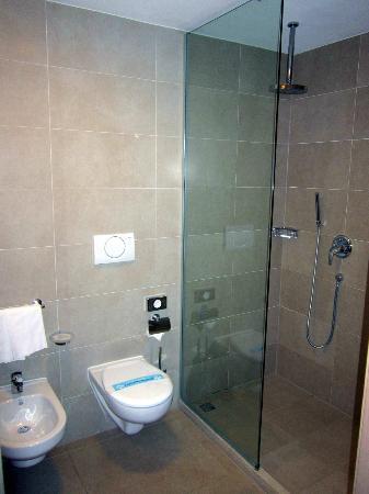 Bagno con doccia molto grande foto di quality hotel san for Doccia bagno piccolo