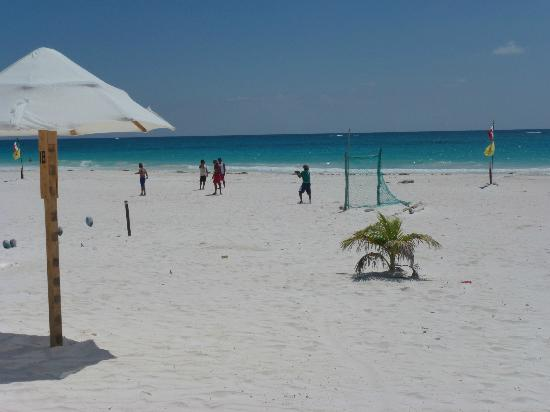 Avenida Tulum: Cool sandy white  beach at Tulum