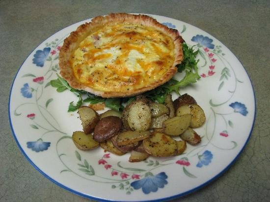 Auberge de Mon Petit Chum B&B: Dawn's Mother taught her how to make delcious pastry! Enjoy quiche with roasted potatoes!
