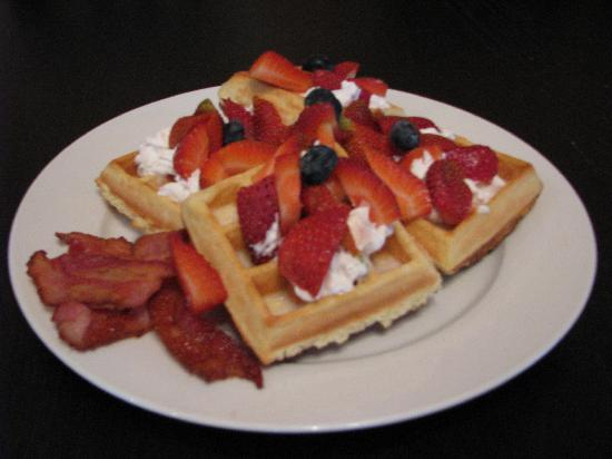 Auberge de Mon Petit Chum B&B : Homemade belgian waffles with cream and fresh fruit with a side of bacon!
