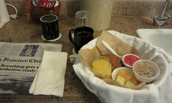 Best Western Plus Corte Madera Inn: Breakfast basket, with muffin, yogurt, fruit, juice and coffee