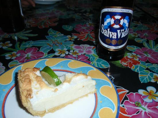 Mango Creek Lodge: Freshly baked Key Lime Pie with local beer