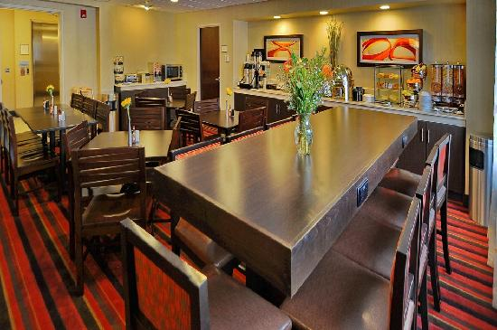 BEST WESTERN PLUS Denver International Airport Inn & Suites: Breakfast Room
