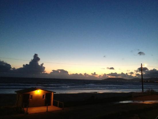 Edgewater Inn & Suites: Ausblick am Abend aus Zimmer 238