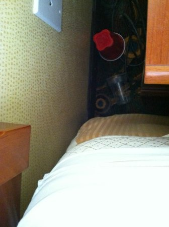 Comfort Inn Kent: behind the night stand