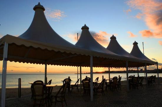Praia Tamariz Restaurant: SU ATARDECER...!!