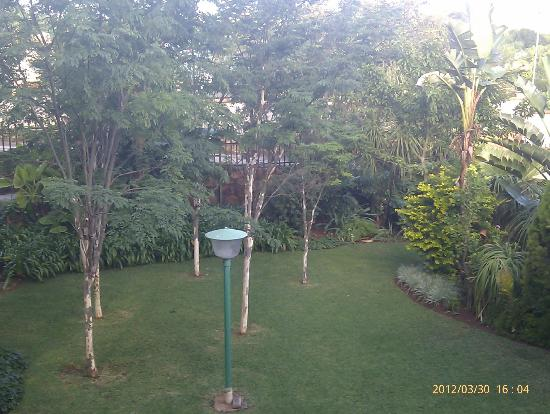 Amper Bo Guest House: Garden with BBQ area at back