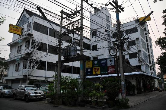 Winner Inn Hotel : La imagen real del hotel desde el exterior es muy distinta de su imagen promocional...