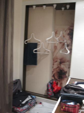 Fabio Massimo Design Hotel: modern wardrobe