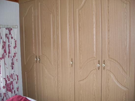 Belan Bach Lodges: Large wardrobes in bedroom