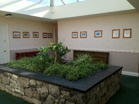 Hylands Burren Hotel: airy atrium