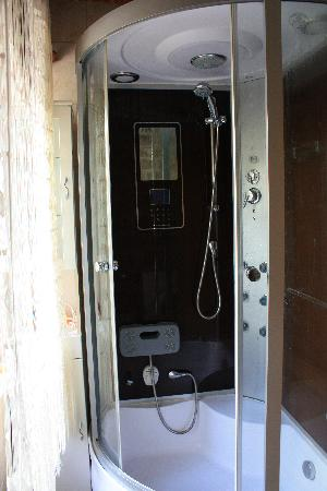 Montenegro Hostel Kotor: Shower