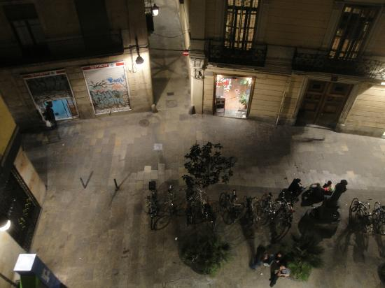 Hostal NITZS BCN: Blick aus Zimmer 9 hinunter auf den Plaza Regomir (?!..sorry, schon wieder vergessen)