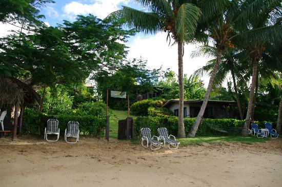Coconut Grove Beachfront Cottages: picture from beach looking at our Banana bure