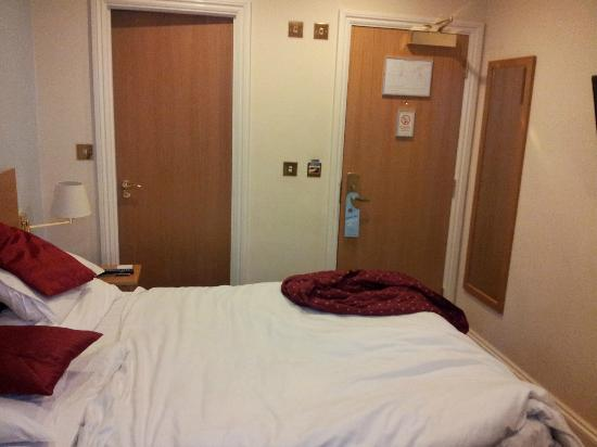 Best Western London Ilford Hotel: Photo of bedroom stood as close to window as possible to get full veiw of room.