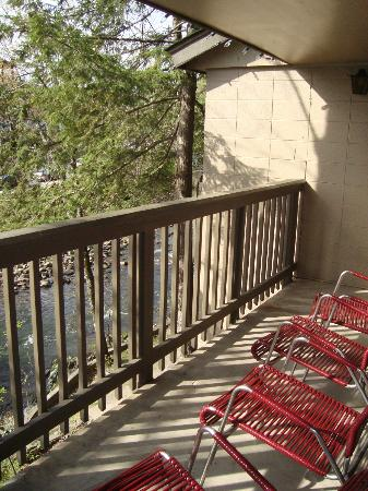 Riverhouse Motels: The very large balcony.