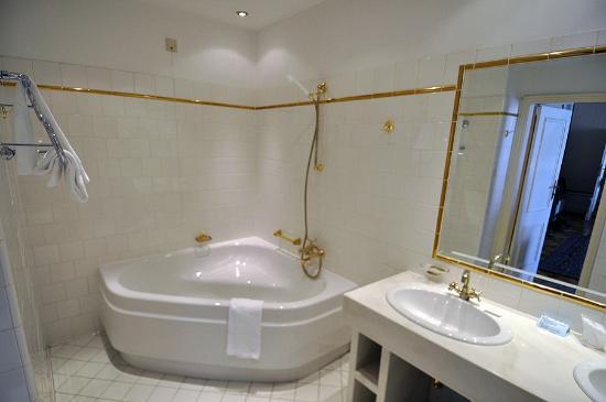 Hotel Regina: Prächtiges Zimmer in der Beletage (Bad)