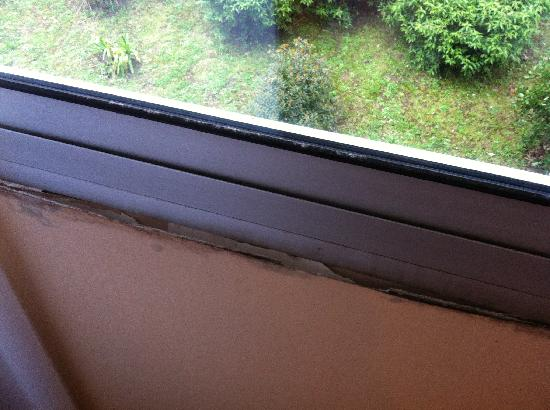 Hotel Oceania Quimper : Papier peint et platre qui se cassent