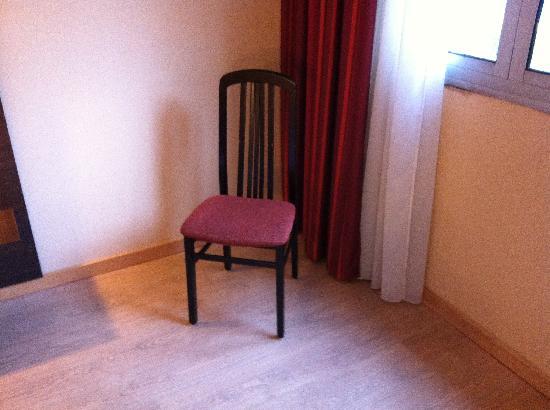 Hotel Oceania Quimper : Avant un canapé Novotel, maintenant, une chaise et du vide