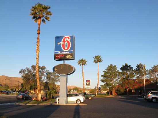 Motel 6 Twentynine Palms: the sign by the road