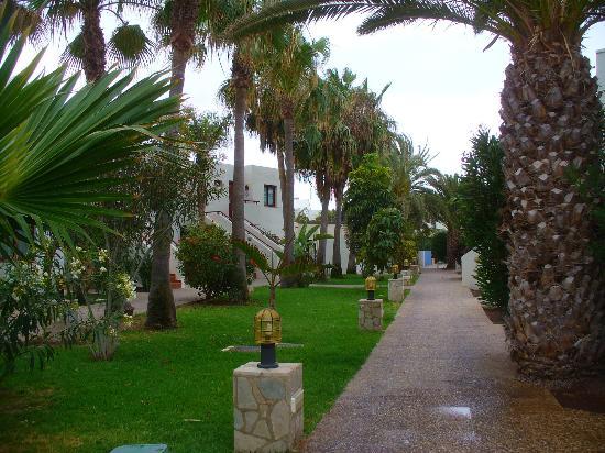 Suite Hotel Atlantis Fuerteventura Resort: Pathway to rooms
