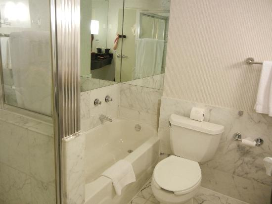 Kimpton George Hotel: Bathroom-Separate shower and tub