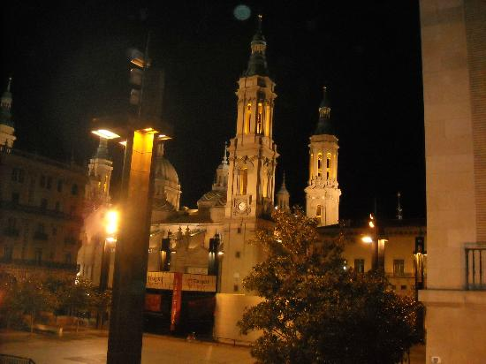 Apartamentos Sabinas El Pilar: Looking out our window onto the square at night