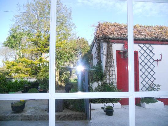 Karaun House: Finestra Sala Colazione con vista su giardino interno