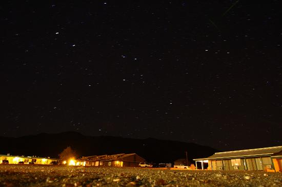 Stovepipe Wells Village Hotel: Night sky view from the hotel backyard