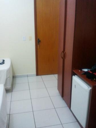 Hotel Araguaia: guarda roupa efrigobar