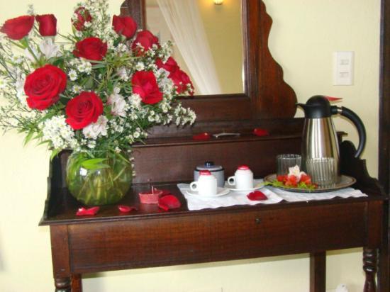 Posada Don Elicio: Decoracion flores naturales bandeja del agua y cafe