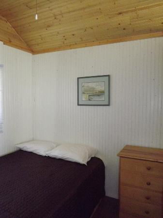 Plank Road Cottages & Marina: Cottage 10 Bedroom