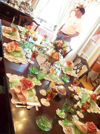 Annabelle Bed and Breakfast: Dining Room Table (changes colors of settings for seasons)
