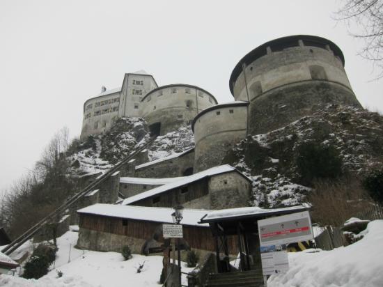 Kufstein Fortress : チケット売場からみた城砦