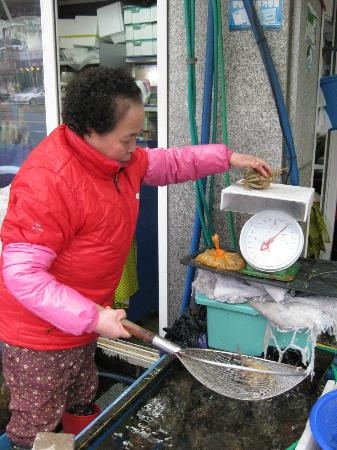 Millak Heo Center: Buying crabs