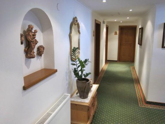 Hotel Pension Burgschrofn : ホテルの通路の様子