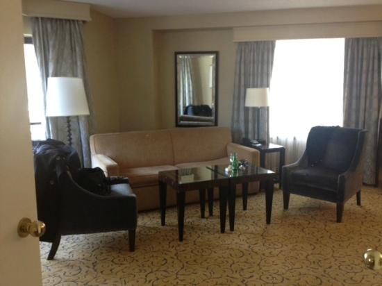 Renaissance Chicago Downtown Hotel: Sitting area in Riviere Suite.