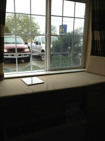 Quality Inn: View from room to Parking lot