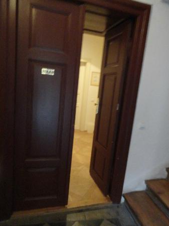 Little Town Budget Hotel: Entrada al Hall de las habitaciones