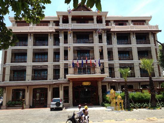 Angkor Sayana Hotel & Spa: Outside from the front