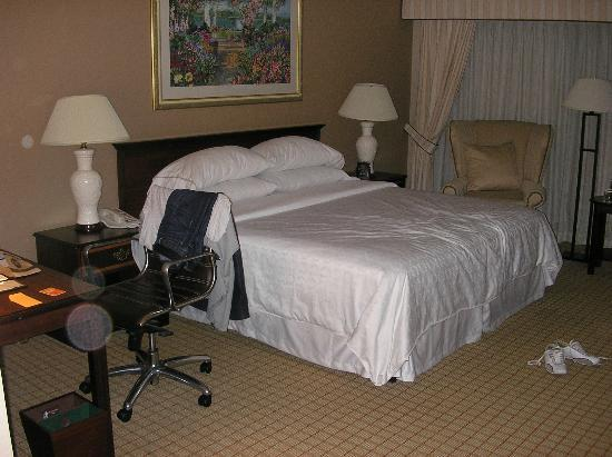 DoubleTree by Hilton Hotel Newark Airport: Room 1212 - Bed and chear