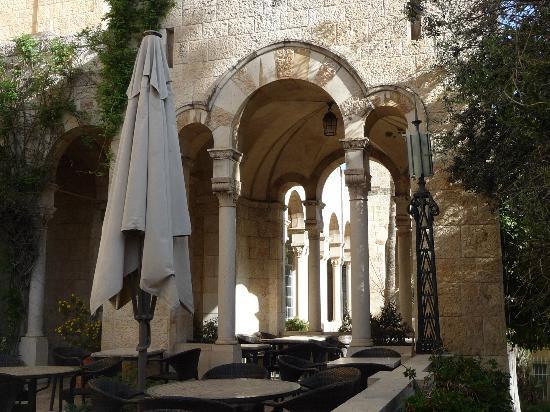 Jerusalem International YMCA, Three Arches Hotel: Atmospheric outdoor dining area