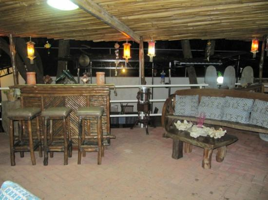 Jo and Johnny's Beach and Dive Inn: Dining/Living Area